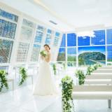 挙式会場「カレイド」ガラス張りで四季折々のロケーションを感じられる開放感ある挙式会場。縁結びの神様が祀られる竹島を望みながら挙式が叶えられます。