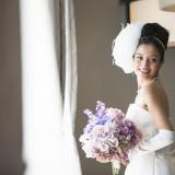 花嫁が一度は夢見たことのあるウェディングドレス。 純白のドレスに身を包んだ姿は、美しく気品高いものに。