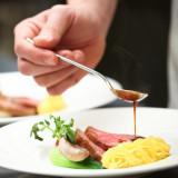 結婚式に欠かせない「料理」。 味はもちろん、見た目でも楽しめる一品です。
