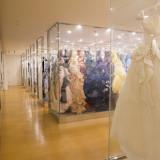 花嫁の憧れを叶えるドレスサロン。 多くのドレスがあり、あなたの好きがきっと見つかるはず。