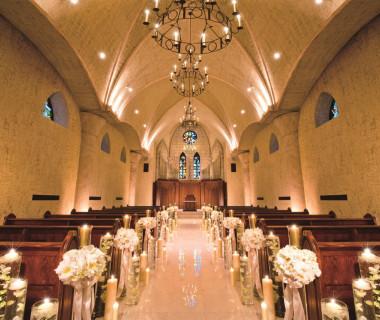 高い天井、本格的なシャンデリア、荘厳な雰囲気は残しつつ、両サイドの壁にステンドグラスが飾られており、バージンロードを美しく照らし出す。