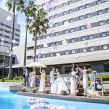 開放感溢れるホテル中庭でのガーデン挙式☆ゲストと一緒に盛り上がるバルーンリリース演出も人気♪♪
