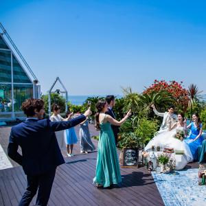 【クリスタルチャペル】併設しているウッドデッキで心地よい風を感じて。|シェラトン・グランデ・トーキョーベイ・ホテルの写真(9193252)