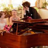 会場内にはグランドピアノも用意してあるので、 例えば、大好きなおばあさまと一緒に演奏したり、 アットホームに過ごせる。