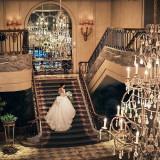横浜ロイヤルパークホテルの大階段は、シャンデリア煌めく上質な空間