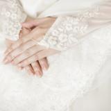 グローブの花刺繍に合わせてベージュブラウンベースに白いお花をフレンチ風にアートしたネイルです