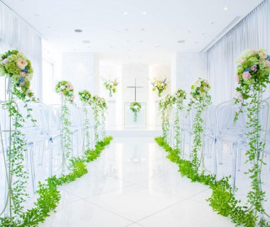 神聖なセレモニーに幸せの光が差し込むホワイトチャペル♪花嫁さんをより美しく、華やかにするチャペルは写真映えする!と好評です
