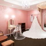 アンティークな家具で統一した雰囲気のあるブライズルーム新郎新婦様のお支度の部屋です