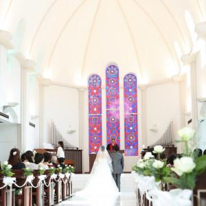 白を基調としたチャペルはステンドガラスを一層引きたててくれます|岡山国際ホテルの写真(761946)