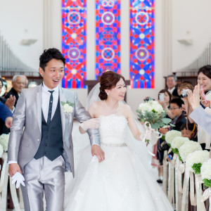緊張感溢れる挙式の後は、ほっとした笑顔で退場|岡山国際ホテルの写真(2215285)