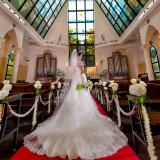 南仏の大自然が描かれた天井一面に拡がる181枚のステンドグラスから祝福の陽光が降り注ぐ。
