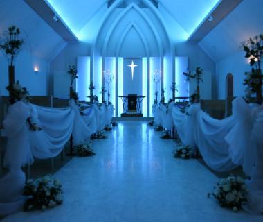 サムシングブルー教会(アペックス教会) 幻想的な青い光に包まれたチャペルで誓いを交わして頂けます また ホワイトの光にも変える事もできますので人前式にも最適 です