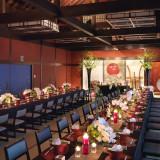 造り酒屋の居間を復元した大広間「末広の間」。 末広がりの意味を持つ八十八畳の空間。高い天井には古木風の梁をしつらえ、趣に満ちた深い和の情緒が漂います。