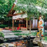 撮影する角度により、様々なロケーションを演出できる中庭。