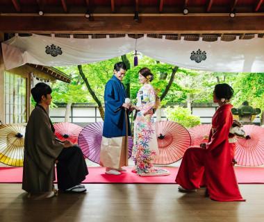 厳かな蔵舞台での挙式は、ゲストからも大好評。季節ごとに移り変わる景色とともに、みなさまの心に残る結婚式に