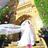 石畳の中庭から一歩ずつ階段を上ると、女神像が入り口を守る、まるで古城のような【サント・ステファーノ大聖堂】