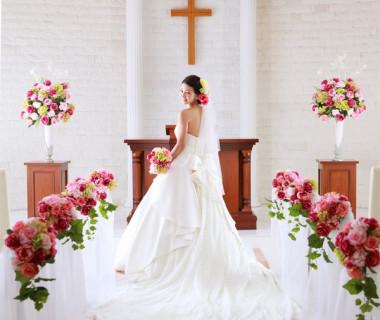 2017年リニューアル!純白のホワイトチャペルをトレンドカラーの装飾がオシャレなチャペル!一面に広がる真っ白な天然大理石と差し込む外光が、花嫁をより一層輝かせる!