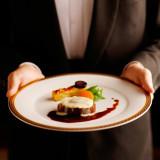 時間をかけて丁寧に仕上げる伝統の味は、感嘆の声が起こるような奥深い味わい。国内外の賓客をもてなすホテルのおもてなしと料理を確かめて(要予約)