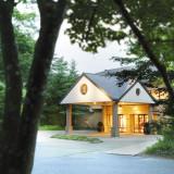 【星野リゾート 軽井沢ホテルブレストンコート】喧騒から離れた軽井沢の緑豊かな丘の上に佇むリゾートホテル