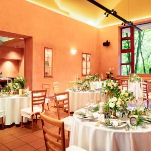 【ゲイブルハウス】リビング・ダイニング・テラス・キッチンのすべてを自由に行き来。二人の自宅にゲストを招いたようなパーティに|星野リゾート 軽井沢ホテルブレストンコートの写真(4026158)