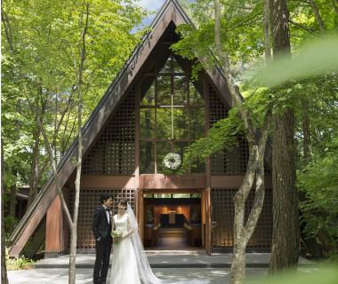 喧騒から離れた自然の中に佇む、三角屋根の教会