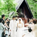 【軽井沢高原教会】挙式後は緑一面の庭で、皆からライスシャワーの祝福を浴びて