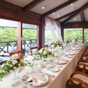 【レストラン ノーワンズレシピ】テラスで軽井沢の緑と風を感じながら会食を楽しむレストランウエディング|軽井沢高原教会の写真(574339)