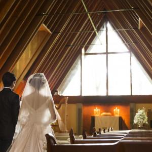 ハープの優しい音色と木の温もり、正面の窓から注ぐ陽光に導かれて、挙式が始まる|軽井沢高原教会の写真(1505187)