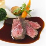 和牛ロース肉のステーキ 濃厚な赤ワインソース ポテトのドゥフィノアーズと温野菜添え