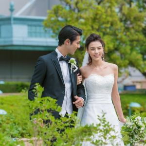鮮やかなブルーとグリーンに囲まれるガーデンチャペル。新婦様のウェディングドレスの白がより一層綺麗にご覧いただけます。|ホテル イースト21 東京の写真(2019098)