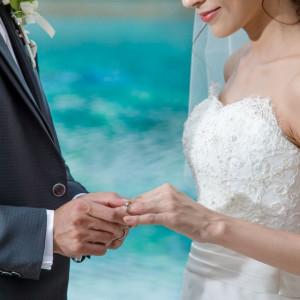 神聖なる指輪交換。キラキラ輝く水面がより一層二人の幸せを盛り上げます。|ホテル イースト21 東京の写真(2019109)