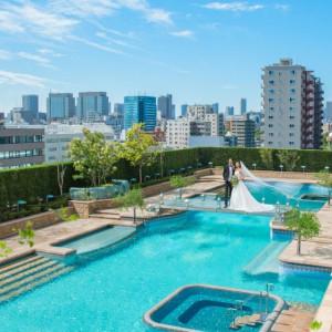 2000平米の広さを誇る都内ホテル最大級のガーデンプール。キラキラ輝く水面とまるでプールに浮かんでいるようなアクアブリッジはホテルイースト21東京一番人気のポイントです。|ホテル イースト21 東京の写真(2019096)