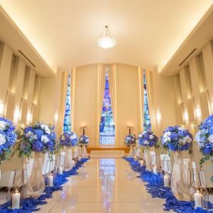 ブルーのステンドグラスが印象的なホテルの室内チャペル。神聖な雰囲気のチャペルでの挙式はパイプオルガンの生演奏など臨場感たっぷりです。|ホテル イースト21 東京の写真(2019105)