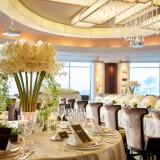 ホワイトとグリーンの装花にゴールドのテーブルクロスでホテルウェディングらしい上質なコーディネート