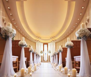 やわらかな光に包まれた、やさしい印象のチャペル。優美なオーバル型の天井や清楚な白と木の風合いが醸しだすナチュラルな雰囲気が厳かで温かなセレモニーを演出