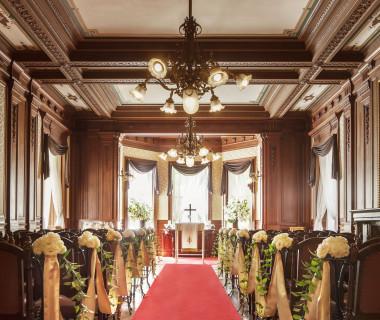 木のあたたかな温もりが新郎新婦とゲストを包み込む「貴賓館ウエディングチャペル」