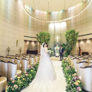 七色の光が差し込む「ルミエールチャペル」永遠の象徴であるマリッジリングをイメージした照明がおふたりを優しく祝福いたします|グランドニッコー東京 台場の写真(2702340)