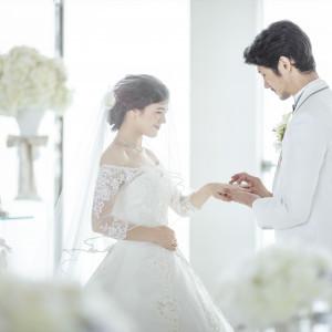 指輪の交換光に祝福されるチャペルで、大切な皆様に見守られながら、お互いに選んだ指輪が誓いの印|グランドニッコー東京 台場の写真(2702342)