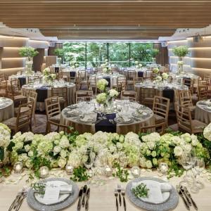 大きな窓から庭園を望むテラス付きの会場「ニュイ(80~122名利用可能)」では、テラスでのデザートブッフェやサプライズ入場も叶う。|八芳園の写真(2069843)