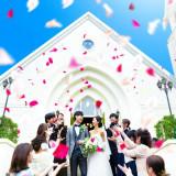 挙式後はゲストから祝福のフラワーシャワー。青空と白亜の大聖堂のコントラストが魅力的。