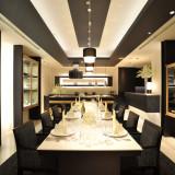 【シェフズキッチン】シェフが腕を振るうプライベートキッチン付の個室。8名までの会食やご披露宴を。