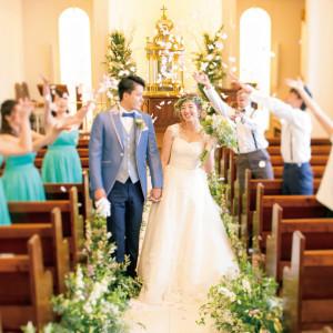 『花の香りによって辺りを清め、悪魔や災難から2人を守り、幸せを祈る』の意味を持つフラワーシャワーは人気の演出です。|ホテルマリターレ創世 佐賀の写真(1077701)