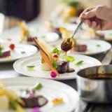 会場内にある「ライブキッチン」で調理が手掛けられます!パーティーの進行を見ながら、一番おいしいタイミングでゲストにサーブされる料理は絶品です♪