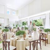 白&グリーンを基調にしたナチュラルテイストのコーディネートは、大人花嫁や男性にも人気!