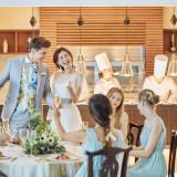 会場内にあるライブキッチン。パーティの進行をチェックしながら、出来立ての料理がゲストへ運ばれる。