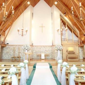 チャペルエルシオンは本物の石と木と、大理石の原石を使用し、大きな窓からは光が差し込む温かみのある教会です。|パレスグランデールの写真(431349)
