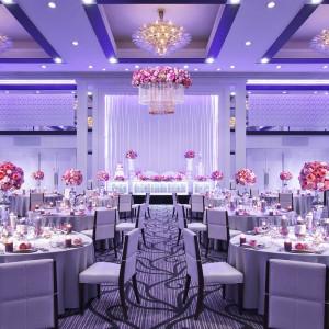 会場名:グランデール/アルカディア |2万色ものLED照明が無限の光を演出。天上までの高さ7.50cmと200名がゆったりと披露宴に参加できるゆとりの空間です。|パレスグランデールの写真(1032907)