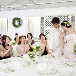 みんなが顔を合わせ、ひとつのテーブルを囲んで食べるお料理は絶品!ゆったりとした時間の中でみんなが笑顔になれるアットホームなお食事会が叶う。|ホテルキャッスル(山形)の写真(427253)