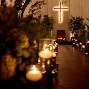 テラスの明るさとは違う厳かな結婚式。間接照明が優しくお二人をつつみます|ロイヤルオークホテル スパ&ガーデンズの写真(2104948)