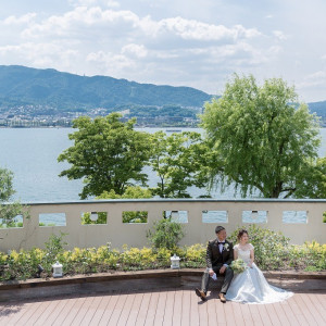 びわこを目の前にお二人を撮影します ロイヤルオークホテル スパ&ガーデンズの写真(2843993)